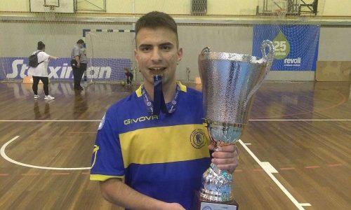 Ο Βαγγέλης Πασσαλής είναι ένα ταλέντο που ανέδειξε το sportcycles και την Δευτέρα στέφθηκε κυπελλούχος στο Futsal με τον Ερμή Ζωγράφου.