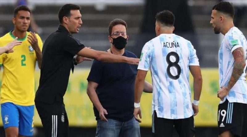 Βραζιλία - Αργεντινή: Συνεχόμενες οι πληροφορίες για τα όσα έγιναν στο ματς ενώ στο γήπεδο μπήκε αστυνομικός με όπλο κρυμμένο κάτω από την μπλούζα του.