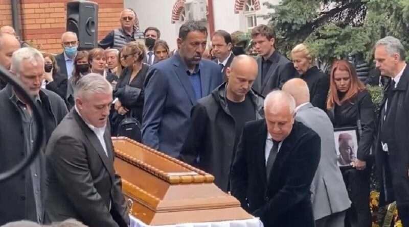 Ο Ντούσαν Ίβκοβιτς κηδεύτηκε στο Βελιγράδι το μεσημέρι της Τρίτης με τα πλάνα να ήταν συγκλονιστικά με αποκορύφωμα αυτούς που μετέφεραν το φέρετρο.