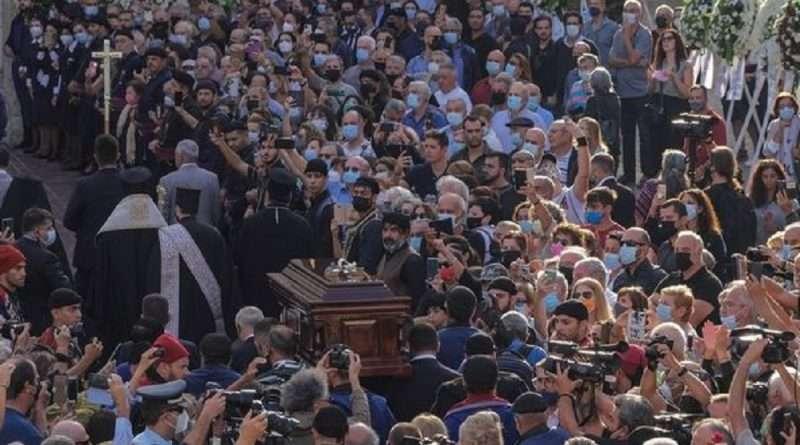 Ο Μίκης Θεοδωράκης αναπαύεται πλέον στην κρητική γη με όλη την Ελλάδα και όχι μόνο να αποτίει φόρο τιμής με δάκρυα.