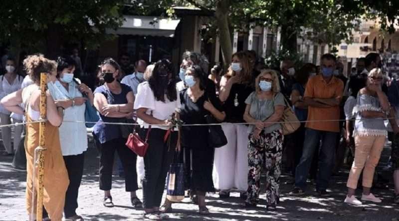 Ο Μίκης Θεοδωράκης δεν είναι πια εν ζωή και η σωρός του βρίσκεται στην Μητρόπολη Αθηνών όπου πολύς κόσμος βρίσκεται ήδη εκεί.