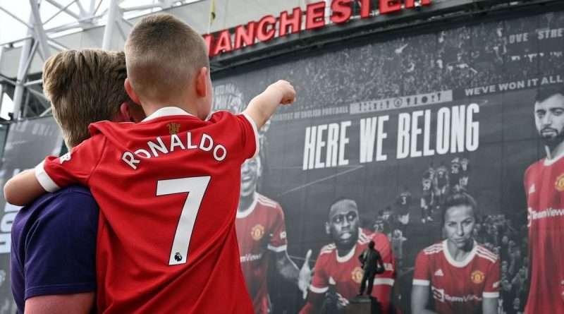 Αποθέωση του Κριστιάνο Ρονάλντο στην είσοδό του στον αγωνιστικό χώρο του Ολντ Τράφορντ, η στιγμή που περίμενε όλος ο ποδοσφαιρικός πλανήτης .