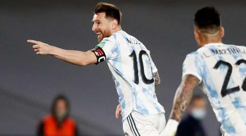 Ο Λιονέλ Μέσι έβαλε ένα απίστευτο γκολ στο ντέρμπι της Αργεντινής με την Ουρουγουάη, δείχνοντας με αυτό και τον δρόμο προς τη νίκη.